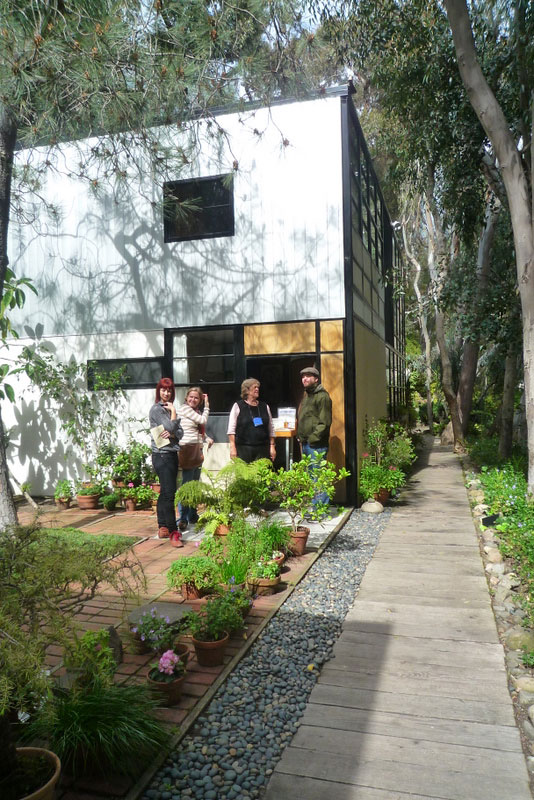 eames house courtyard Visiting the Eames House: Modern Prefab Masterpiece
